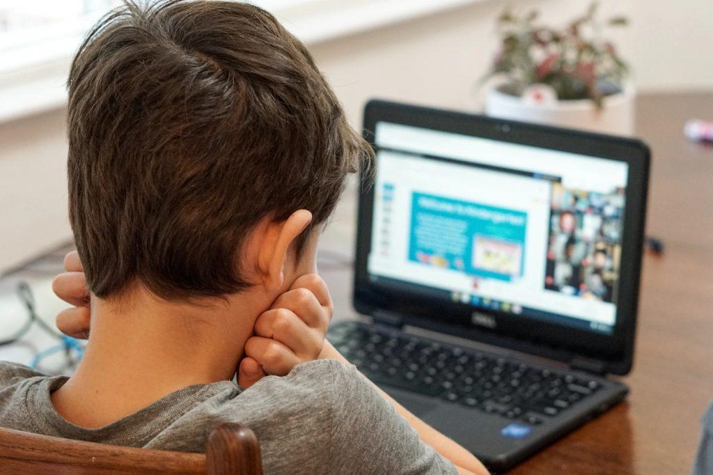 Distanziamento e giovani: leggere attentamente il foglietto illustrativo, può avere effetti collaterali